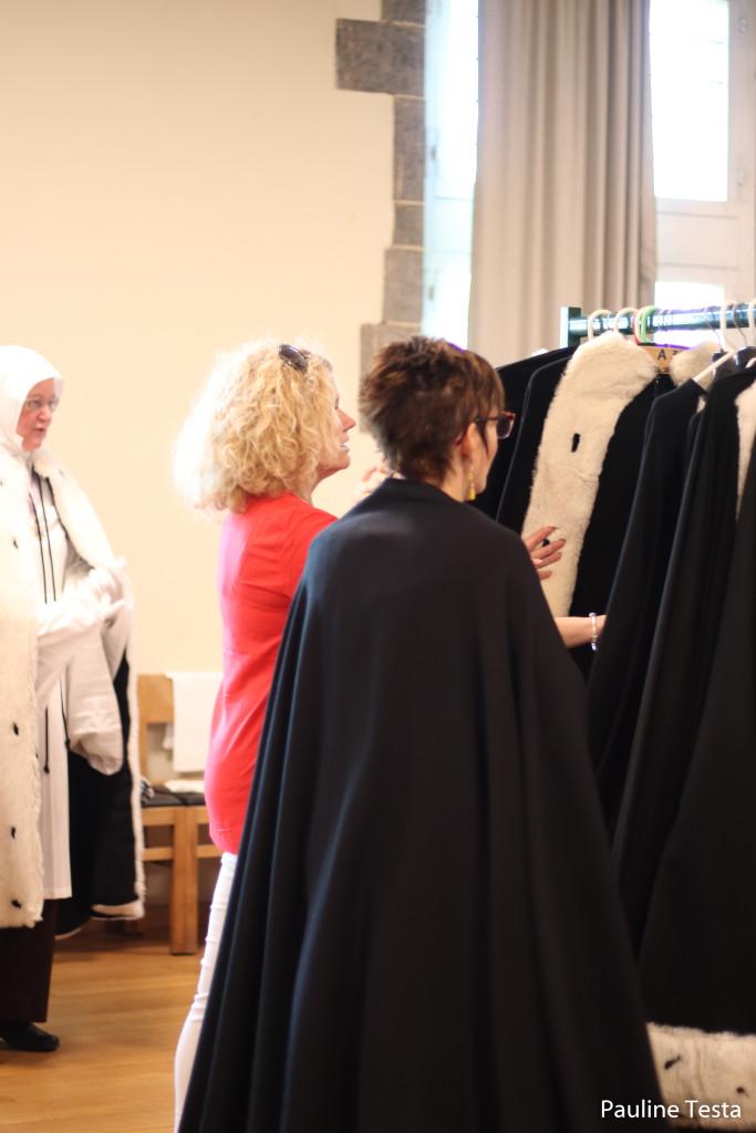 La cape fait partie des nombreux éléments qui constituent  le (lourd) costume de chanoinesse.