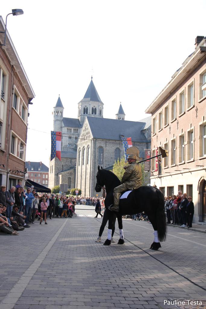 Jean de Nivelles au pied de la Collégiale
